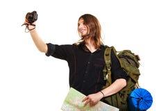 Backpacker человека туристский принимая фото с камерой Стоковое Фото