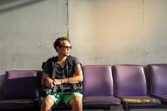 Путешественник, человек backpacker в вскользь одеждах и острословие солнечных очков стоковые фотографии rf