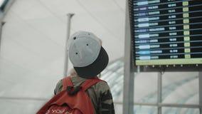 Νέο backpacker που ελέγχει τις πληροφορίες πτήσης για την ψηφιακή επίδειξη προγράμματος φιλμ μικρού μήκους