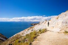 Backpacker bada majestatyczny inka Wlec na wyspie słońce, Titicaca jezioro wśród scenicznego podróży miejsca przeznaczenia w Bol, Obrazy Stock