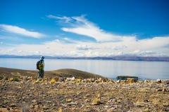 Backpacker bada majestatyczny inka Wlec na wyspie słońce, Titicaca jezioro wśród scenicznego podróży miejsca przeznaczenia w Bol, Zdjęcie Stock