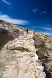 Backpacker bada majestatyczny inka Wlec na wyspie słońce, Titicaca jezioro wśród scenicznego podróży miejsca przeznaczenia w Bol, Zdjęcie Royalty Free