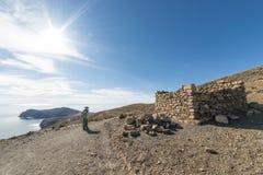 Backpacker bada majestatyczny inka Wlec na wyspie słońce, Titicaca jezioro wśród scenicznego podróży miejsca przeznaczenia w Bol, Obraz Royalty Free