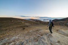 Backpacker bada majestatyczny inka Wlec na wyspie słońce, Titicaca jezioro wśród scenicznego podróży miejsca przeznaczenia w Bol, Obraz Stock