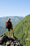Backpacker bij een vooruitzicht Stock Fotografie