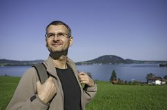 Backpacker bij het meer Royalty-vrije Stock Fotografie
