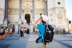 Backpacker de la muchacha de Bérgamo Italia que se coloca con las atracciones del templo de la foto del backshot detrás de una mo fotos de archivo libres de regalías