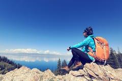 Backpacker de la mujer que camina en pico de montaña hermoso Imagen de archivo