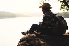 Backpacker del muchacho que duerme en la roca en naturaleza Fotos de archivo