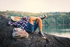 Backpacker del muchacho que duerme en la roca en naturaleza Fotografía de archivo libre de regalías