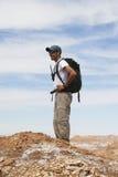 Backpacker die de Maanvallei in Atacama-Woestijn, Chili onderzoeken Stock Afbeeldingen
