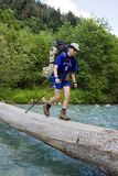 Backpacker die de rivier kruist. Stock Fotografie
