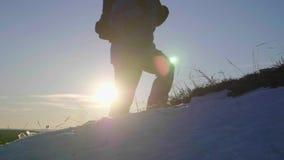 Backpacker die op sneeuwberg lopen in de winter Mens met rugzaktrekking in bergen De winter wandeling stock video