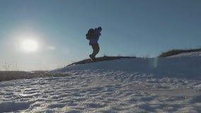 Backpacker die op sneeuwberg lopen in de winter Mens met rugzaktrekking in bergen De winter wandeling stock videobeelden