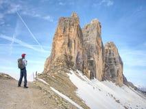 Backpacker en el aound Tre Cime di Lavaredo del viaje por la mañana soleada de abril Fotos de archivo libres de regalías