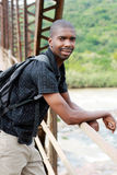 Backpacker en el puente foto de archivo