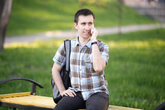 Backpacker en el teléfono Fotografía de archivo libre de regalías
