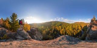 Backpacker encima de una caída de la roca en el amanecer Panorama esférico 360 180 grados de equidistante imagenes de archivo