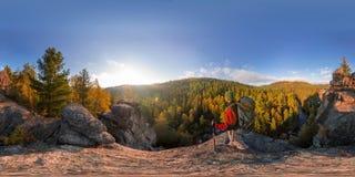 Backpacker encima de una caída de la roca en el amanecer Panorama esférico 360 180 grados de equidistante foto de archivo libre de regalías