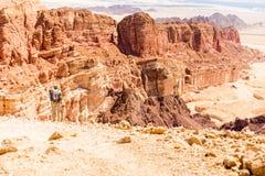 Backpacker falezy grani krawędzi turystyczny trwanie halny krajobraz Obrazy Stock