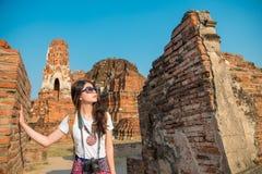 Backpacker femenino dulce que mira el edificio de Buda Fotos de archivo