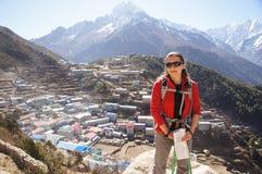 Backpacker femenino por el bazar de Namche Imagenes de archivo