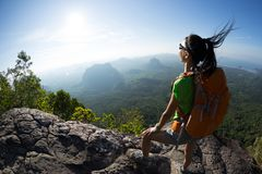 Backpacker geniet van de mening over rand van de berg de hoogste klip Royalty-vrije Stock Foto