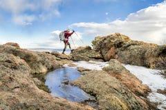 Backpacker maduro en un canto de la montaña Imagenes de archivo