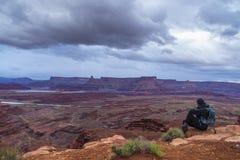 Backpacker na górze горы смотря далеко от камеры Стоковая Фотография RF