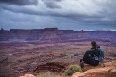 Backpacker na górze горы смотря далеко от камеры Стоковое Изображение