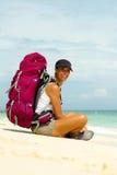 Backpacker na praia Imagem de Stock