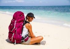 Backpacker op strand Royalty-vrije Stock Foto's