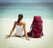 Backpacker op strand Stock Afbeeldingen