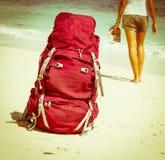 Backpacker op strand Royalty-vrije Stock Foto