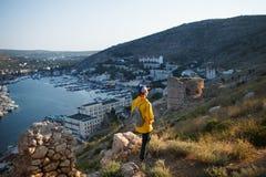 Backpacker que camina la montaña imagen de archivo