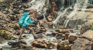 Backpacker que cruza el río Fotos de archivo