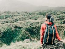 Backpacker que descansa en las montañas imagen de archivo libre de regalías