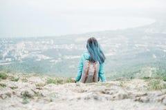 Backpacker que descansa sobre la montaña Foto de archivo libre de regalías