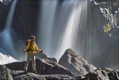 Backpacker que mira la cascada Fotos de archivo libres de regalías
