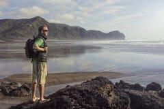Backpacker que mira vista al mar hermosa Imágenes de archivo libres de regalías