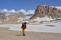 Backpacker rodeado con las rocas Fotos de archivo
