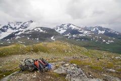 Backpacker` s zak bovenop berg Royalty-vrije Stock Afbeeldingen