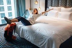 Backpacker turístico de la mujer feliz de permanecer en el roo de alta calidad del hotel imágenes de archivo libres de regalías