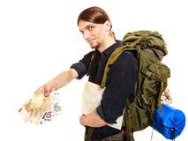 Backpacker turístico del hombre que paga el dinero euro Viajes Fotos de archivo libres de regalías