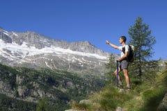 Backpacker wskazuje w kierunku odległości Obrazy Royalty Free