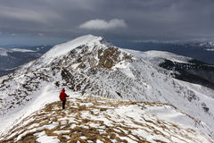 Backpacker wspina się halną śnieżną grani zimę Zdjęcie Stock