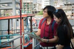 Backpackers азиатских пар туристские ища направление стоковое фото rf