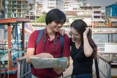 Backpackers азиатских пар туристские ища направление стоковое изображение