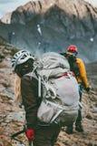 Backpackers в горах путешествуют здоровый образ жизни Стоковые Изображения RF