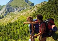 Backpackers в горах Стоковая Фотография RF